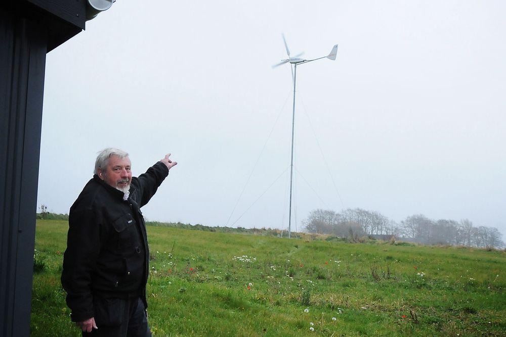 SPARER MYE: Max Jacobsen viser stolt fram sin vindmølle, som gjør at han har fått kuttet strømregningen betraktelig.