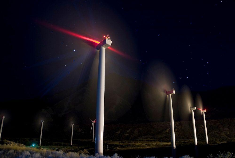 SKJEMMENDE LYS: Slik kan det bli seende ut ved norske vindparker hvis Luftfartstilsynet får gjennomslag for sitt forslag til strengere merkeregler for vindkraftverk.
