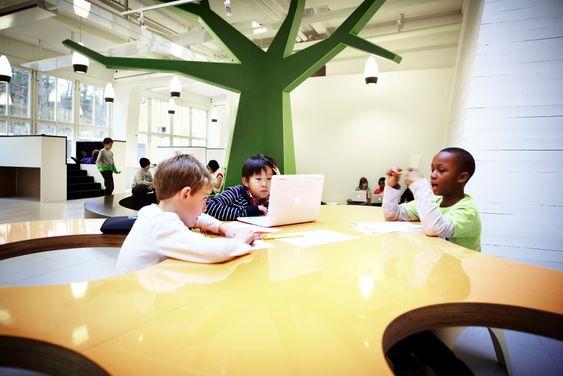 GRUPPE: Designer Rosan Bosch mener at det organiske bordet egner for arbeid i små grupper. Foto: Kim Wendt