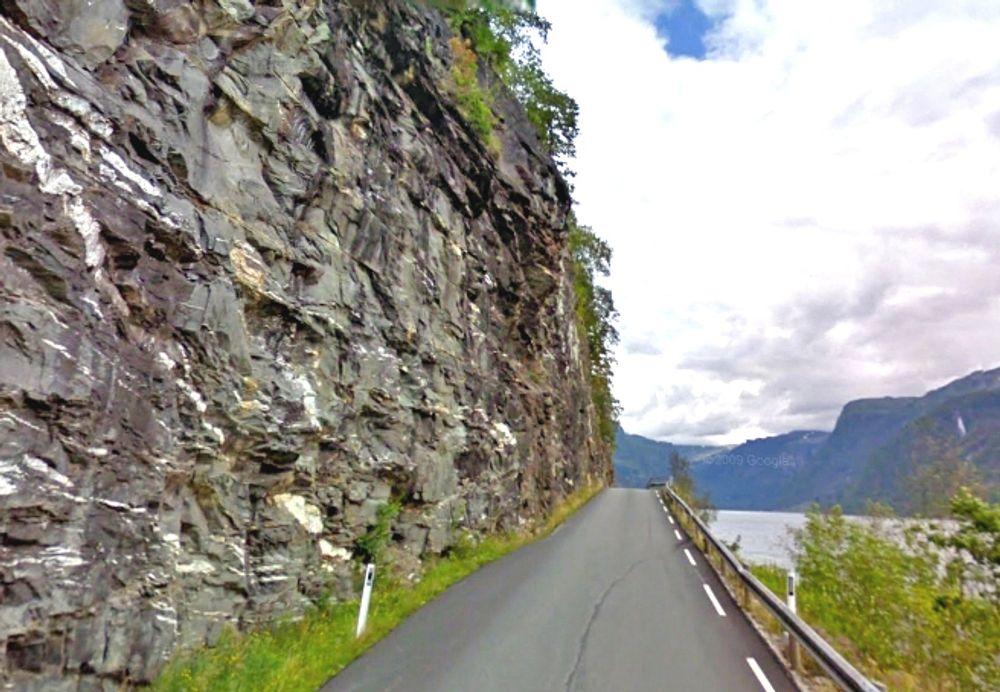 De vegfarende slipper å passere denne stupbratte fjellsiden på fylkesveg 572 når en 790 meter lang rassikringstunnel blir ferdig neste år.