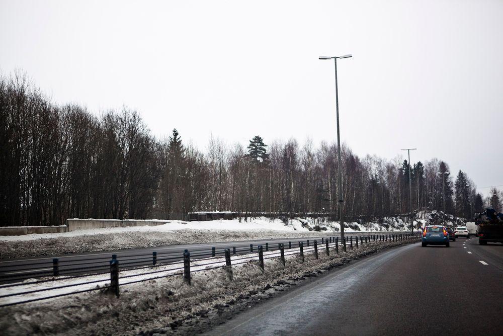 MER WIRE: Samferdselsdepartementet vurderer nå å bruke wirerekkverk på veier helt ned til 10 meters bredde. Her er wire montert på E18 mellom Drammen og Oslo.