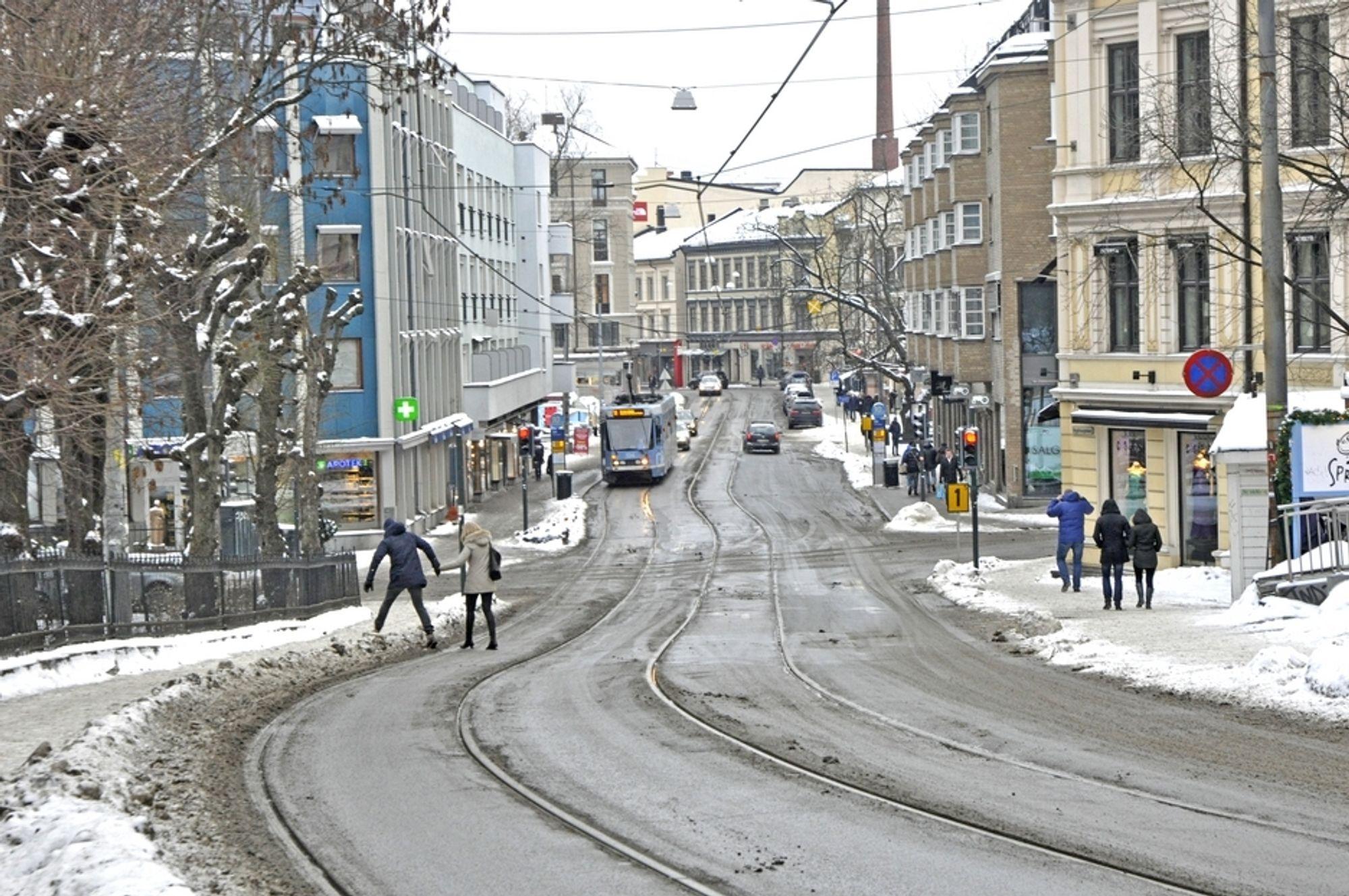 De smale fortauene langs Hegdehaugsveien og Bogstadveien er ikke hyggelige å ta seg fram på. Når trikkesporene flyttes mot midt av gata og et kjørefelt fjernes, blir det plass til å gjøre fortauene bredere.