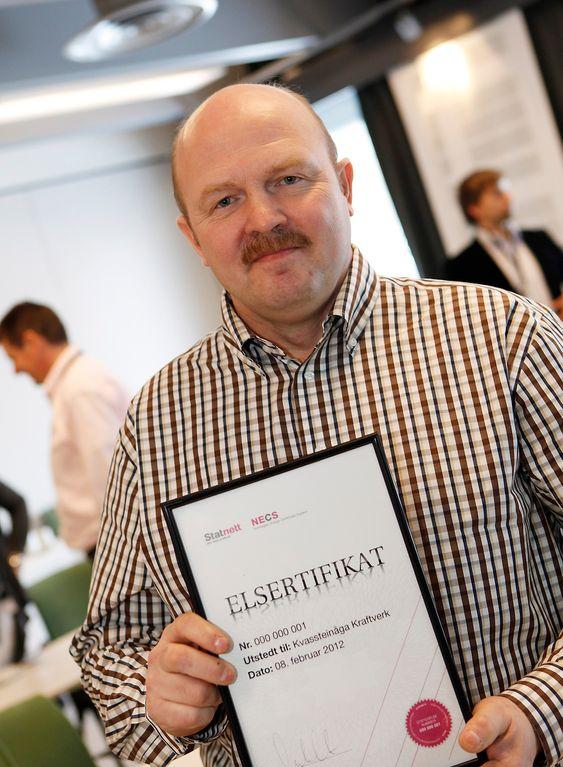 Ørjan Seljelid som representerer Kvassteinåga Kraftverk får utdelt Norges første elsertifikat.
