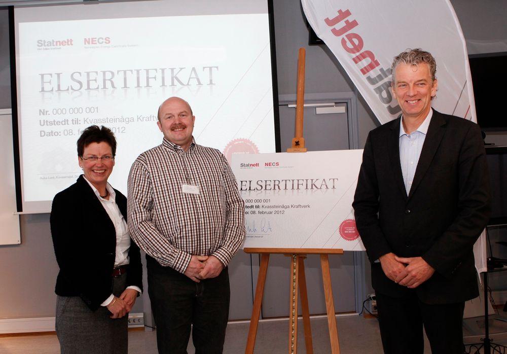 FØRSTE SERTIFIKAT UTDELT: Ørjan Seljelid som representerer Kvassteinåga Kraftverk har fått utdelt Norges første elsertifikat. På hans høyre side står statssekretær i OED Eli Blakstad og på hans venstre side Statnett-sjef Auke Lont.