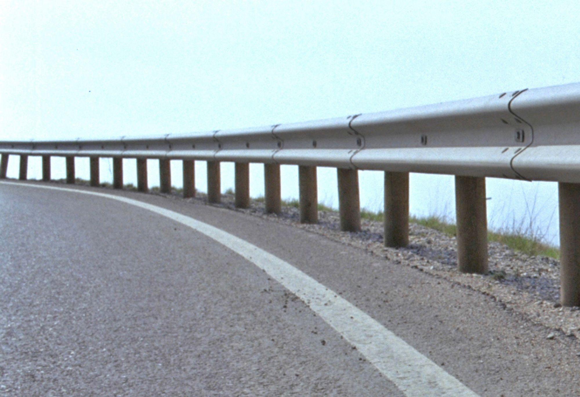 20 km av vegene i 11 kommuner i Hordaland skal få nytt rekkverk. Arvid Gjerde leder konkurransen om levering og montering av rekkverkene.