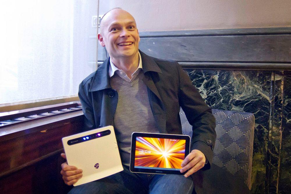 KLAR MED LTE: Teknisk sjef i NetCom, Roy Ove Nilssen viser frem selskapets nye multiruter og Samsungs nye LTE-nettbrett. De finnes ikke i Norge ennå, men de har kjøpt det i Sverige og det fungerer utmerket i Norge med fantastiske hastigheter.