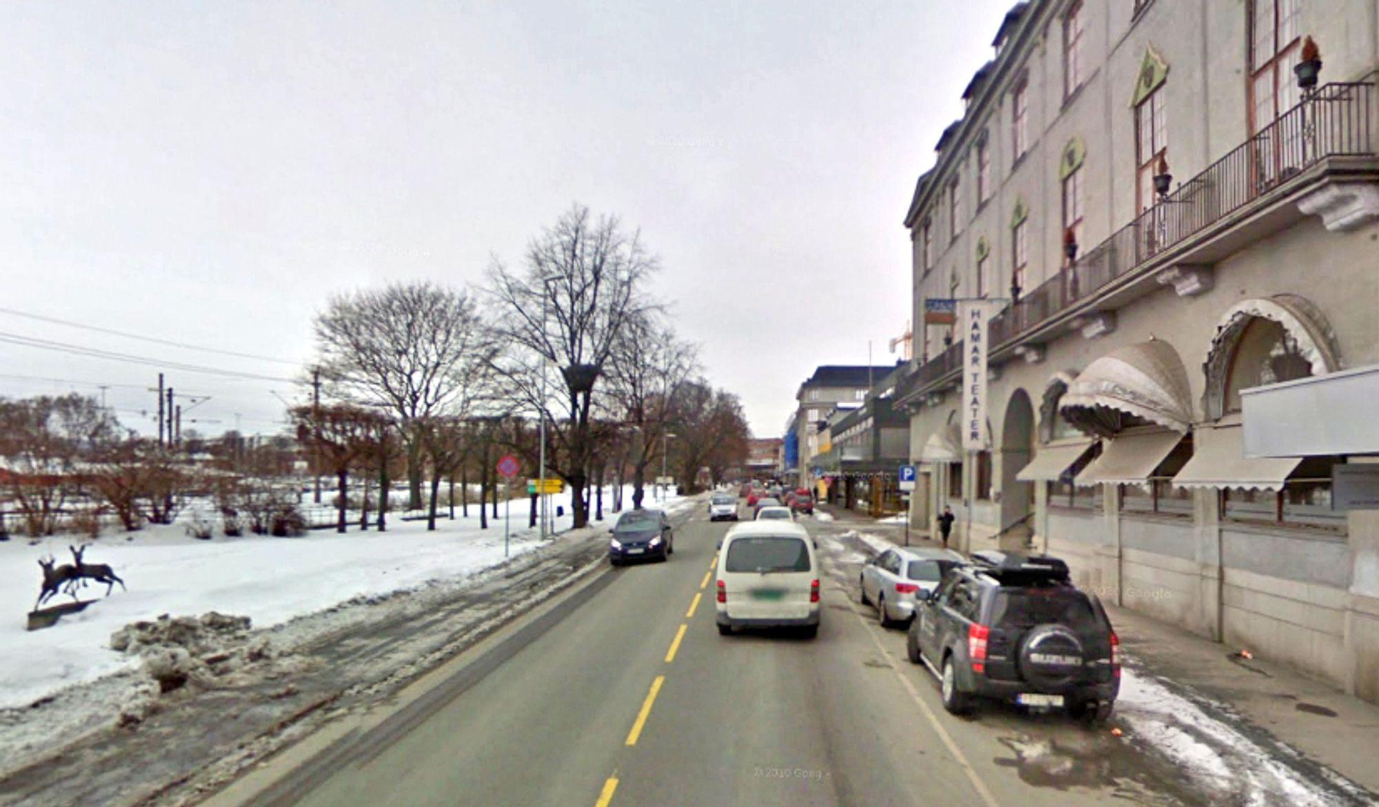 Fortauene langs Strandgata er dårlig egnet til å ta unna trafikken når det er mye folk. Dobloug Entreprenør ligger godt an til å få jobben med å utvide dem.