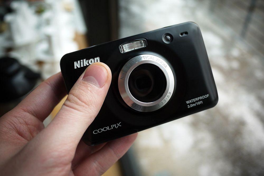 """Nikons """"barnekamera"""" S30 har fått objektivet plassert midt på kameraet, for bedre å unngå barnefingre."""