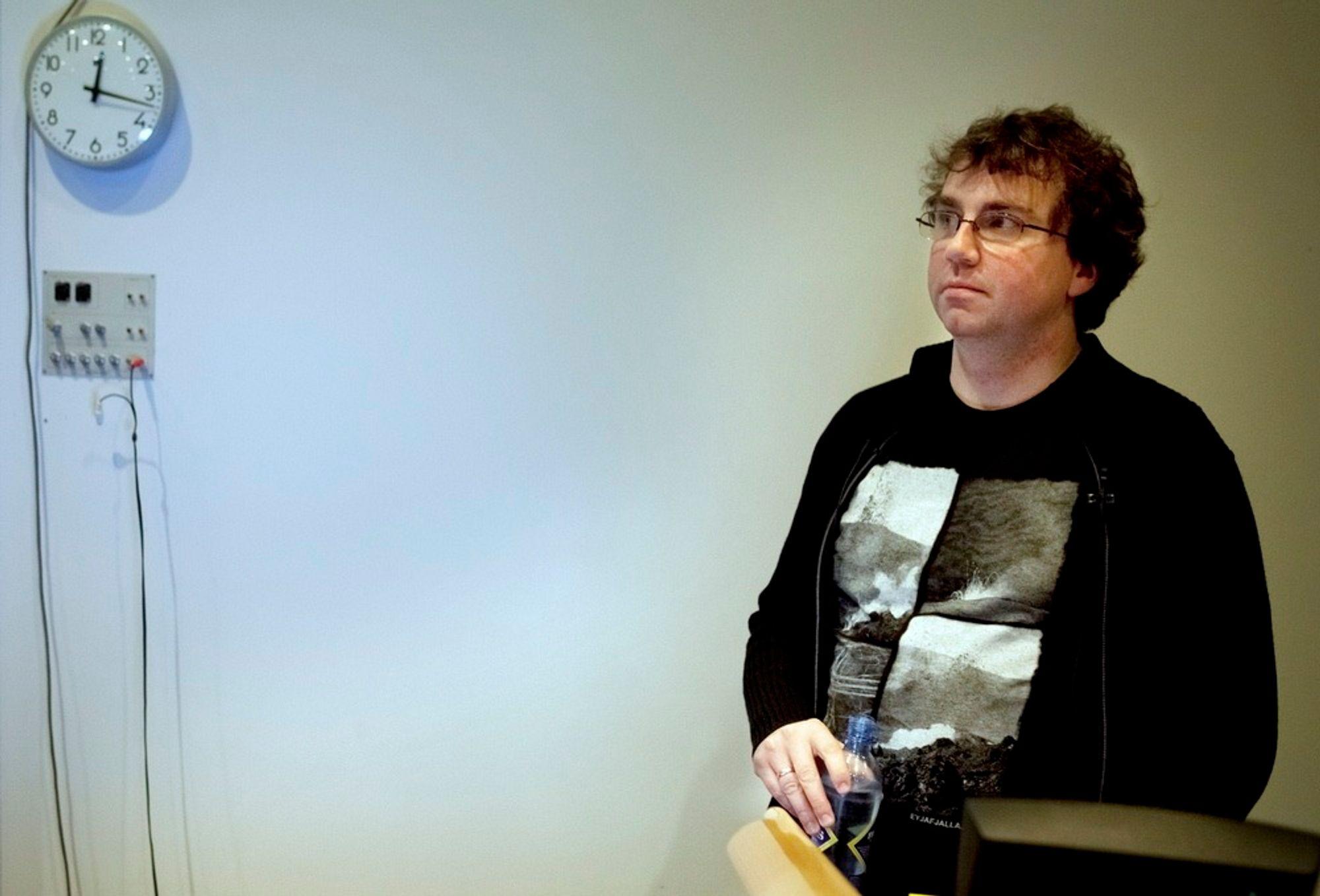 Googles sikkerhetssjef Úlfar Erlingsson holdt et sjeldent offentlig foredrag i Norge da han mandag gjestet Universitetet i Tromsø der han åpent fortalte om sikkerhetsutfordringene Google står overfor. Dårlig sikkerhet hos andre selskaper er en større fare enn direkte dataangrep, sa Einarsson.