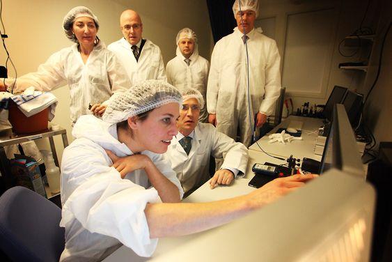 Statsministeren fikk demonstrert hjernesenterets pågående forskning av post-doc Debora Ledergerber. Til venstre May-Britt Moser, til høyre Edvard Moser.
