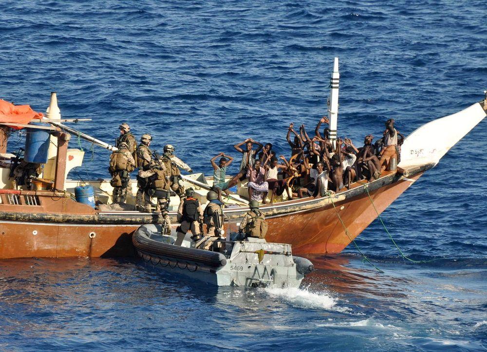 ANHOLDES: Styrker fra ett av skipene som inngår i EU NAVFORs Atalanta-styrke går om bord i et fartøy, mistenkt for å frakte pirater. 117 pirater er stilt for retten, 56 er dømt. EU savner bedre muligheter for å stille pirater for retten.