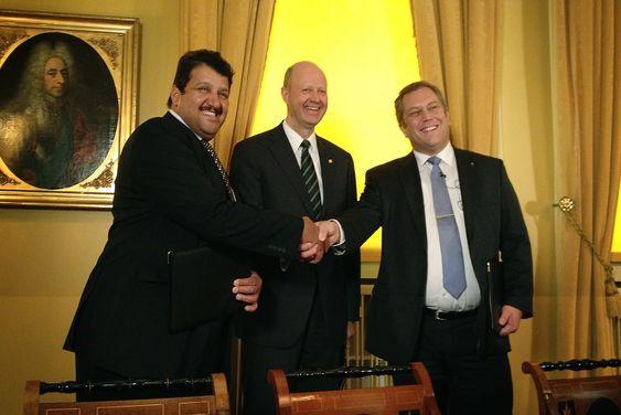 FORNØYDE. Administrerende direktør Khalifa A. Al-Sowaidi i Qafco, Yara-direktør Jørgen Ole Haslestad og Joakim Hauge, direktør for Sahara Forest Project, signerte i dag en samarbeidsavtale verdt 30 millioner kroner.