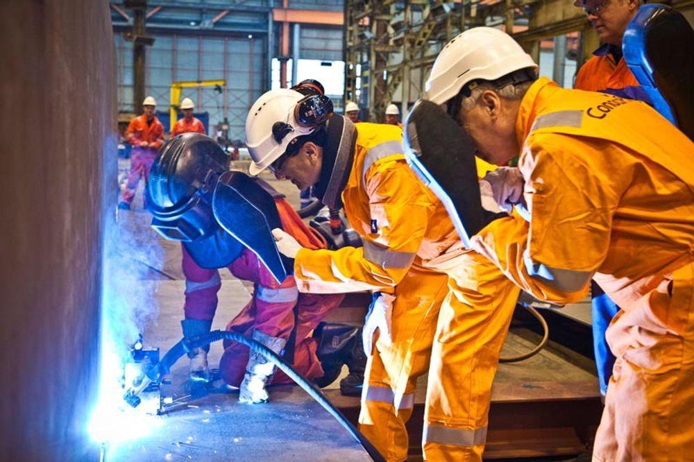 Kværner markerte produksjonsstarten av Eldfiks-plattformen med å sette i gang brenningen av den første stålplaten.