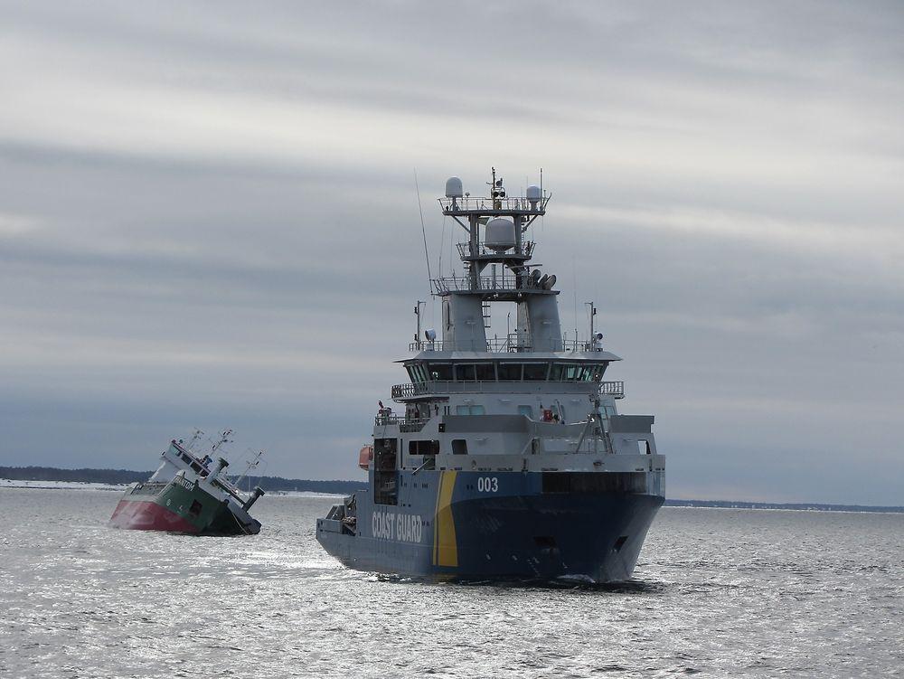 SLEP: Kustbevakningens KBV 003 Amfitrite med Phantom på slep.