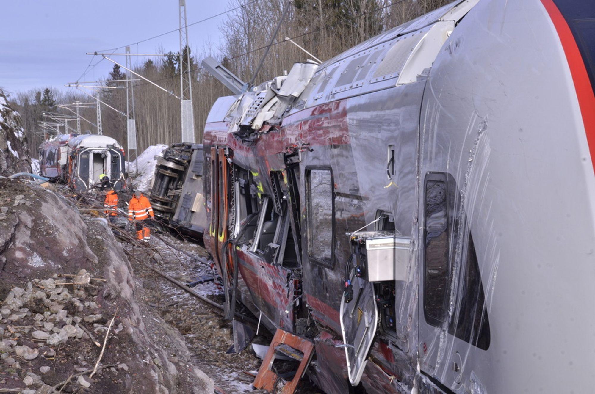 KRAFTIG: Sammenstøtet med bergnabben har ført til store skader på det nye Flirt-togsettet.