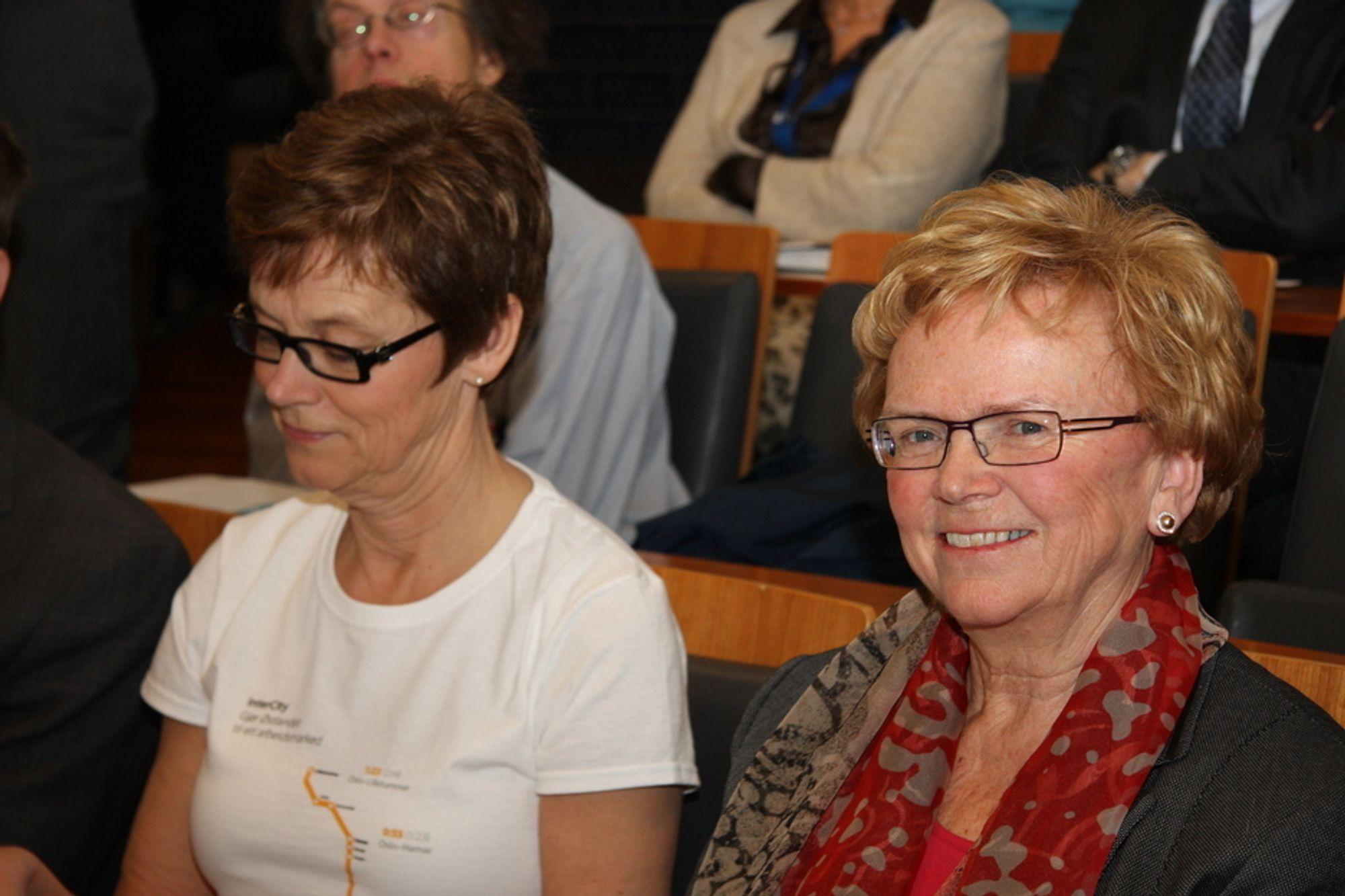 GLAD KLEPPA: Jernbaneverkets direktør Elisabeth Enger (til venstre) og samferdselsminister Magnhild Meltveit Kleppa fulgte spent med på presentasjonen av konseptvalgutredningen for IC-strekningene i dag.
