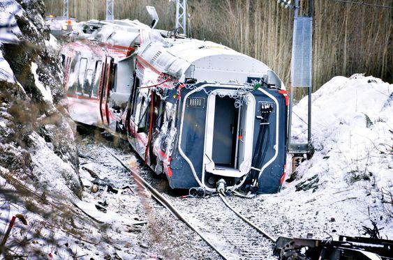 STYGT: Framre del av togsettet er tydelig skadet. Boggien i vogn to er revet av.