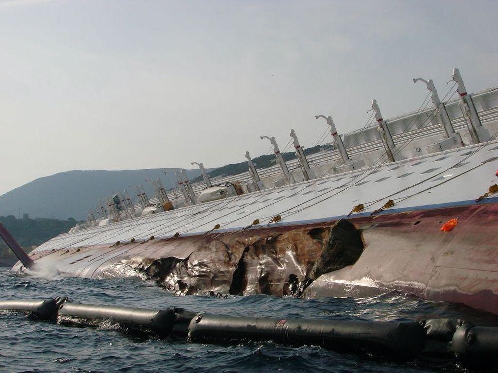 BØLGER: Costa Concordai er fortsatt full av av bunkersolje og diesel. Været har usattt tømminge n med over en uke. I begynnelsen av mars får rederiet og forsikringsselskapene tilbud på berging og hogging av skipet. I slutten av mars tas avgjørelsen om skipets videre skjebne.