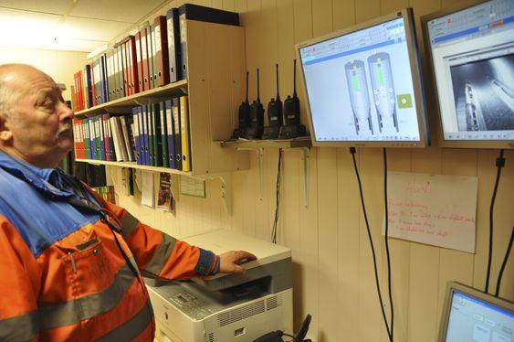 OVERSIKT: Gruve-7 veteran Kjell Harry Johansen har full oversikt over produksjonen fra kontoret sitt. Foto: Fredrik Drevon