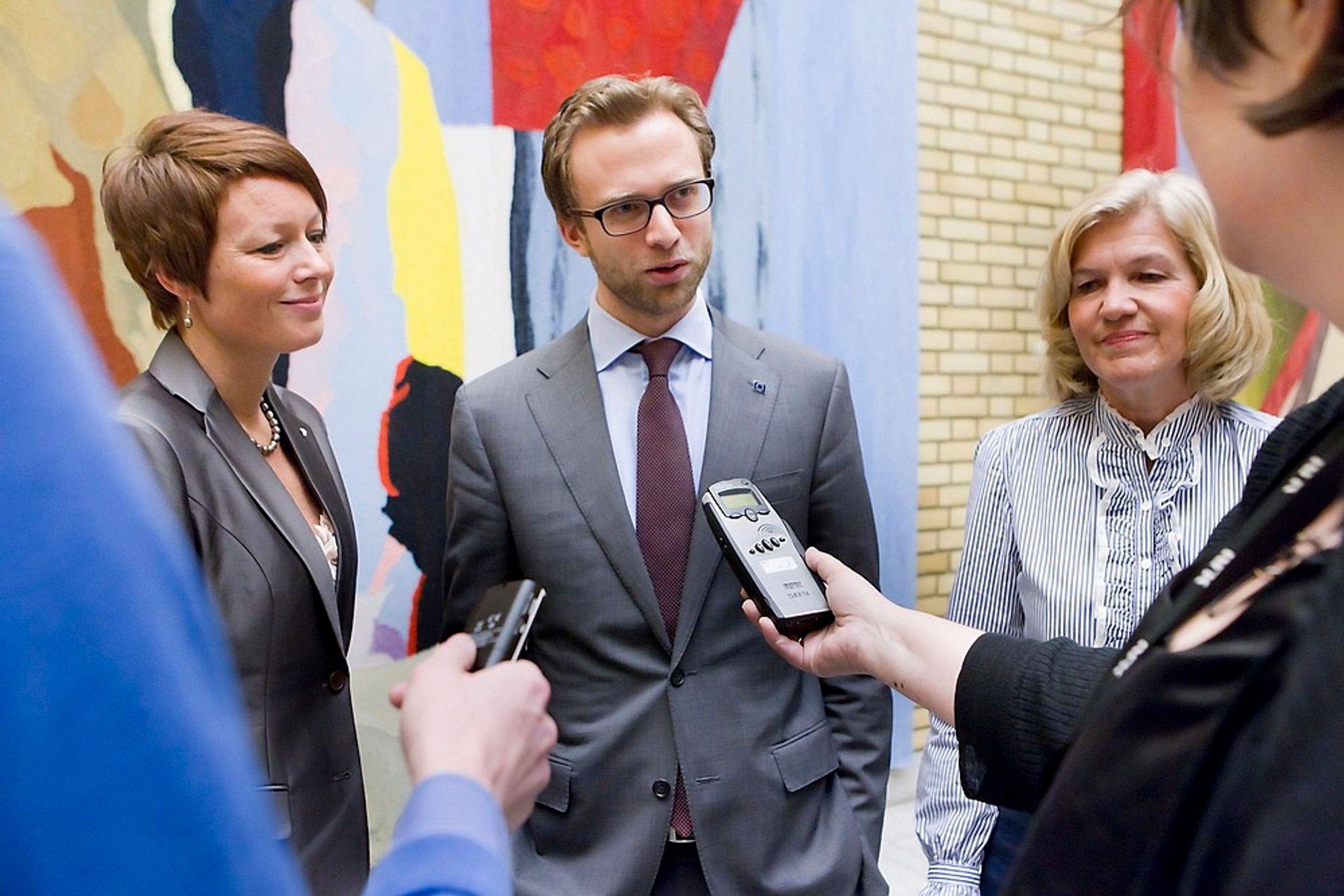 ØNSKER FORLIK: Nikolai Astrup ønsker å droppe klimameldingen til fordel for et nytt, bredt forlik, men har ikke diskutert det med de andre opposisjonspartiene. Her står han sammen med Borghild Tenden (V) og Line Henriette Hjemdal (KrF).
