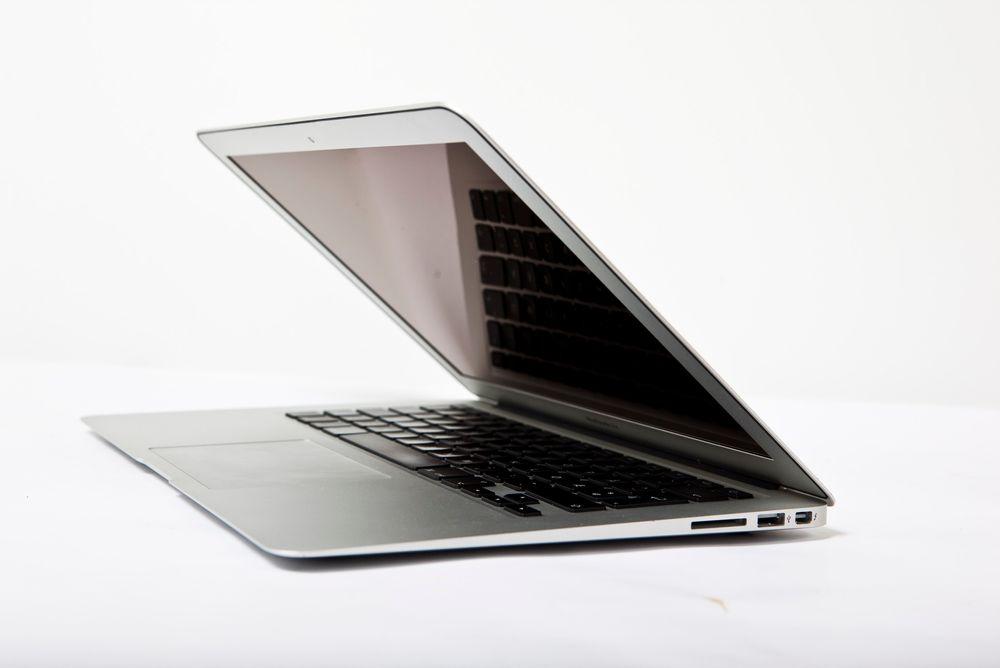 HOLDER SEG GODT: Tross noen ekstra måneder på baken sammenliknet med ultrabook-konkurrentene gjør Macbook Air det bra i våre tester.