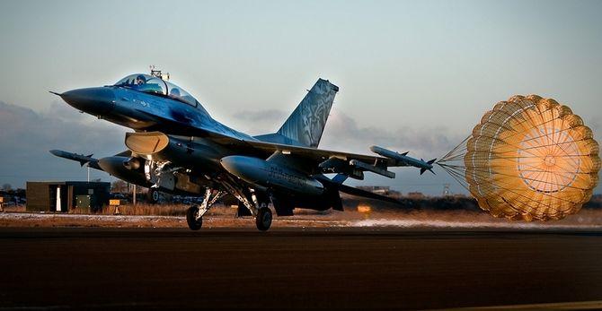 F-16B lander med bremseskjerm.