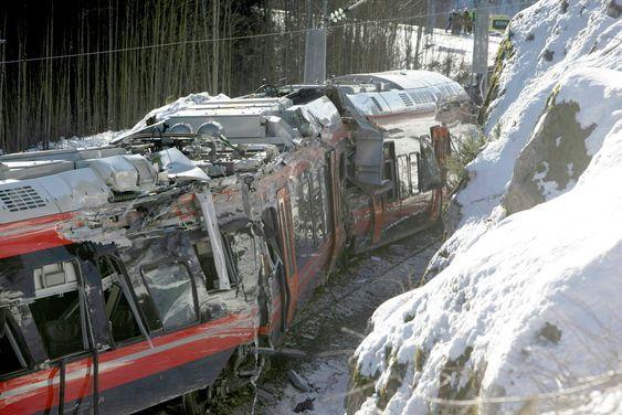 Flere personer skal være skadd etter at et Flirt-tog sporet av under testkjøring på Vestfoldbanen mellom Nykirke og Holmestrand onsdag formiddag