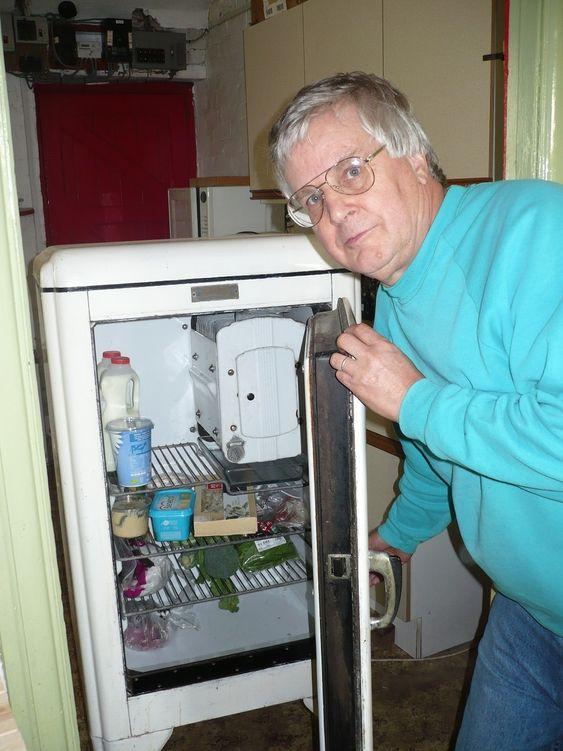 GAMMEL OG KALD: Jim Williamson har fremdeles glede av sitt 71 år gamle kjøleskap