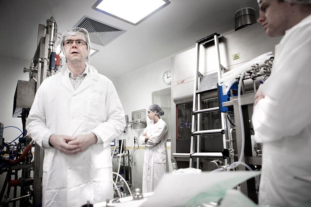 To norske bioteknologilaboratorier kan i de nærmeste årene bli lagt ned. Truls Simensen, avdelingsdirektør ved Biofarmasøytisk produksjon, viser FHIs laboratorilokaler som er for tiden under opprydding. Det består av 9 celler. Hvert rom har separat ventilasjon så det går an å drive mange ulike vaksineformuleringer uten at de blander seg i ventilasjonen.