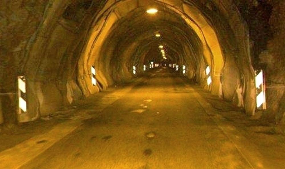 Pollfjelltunnelen er smal og farlig. Nå skal de farligste 600 metrene sikres og utvides. Anbudsfristen er 19. januar.