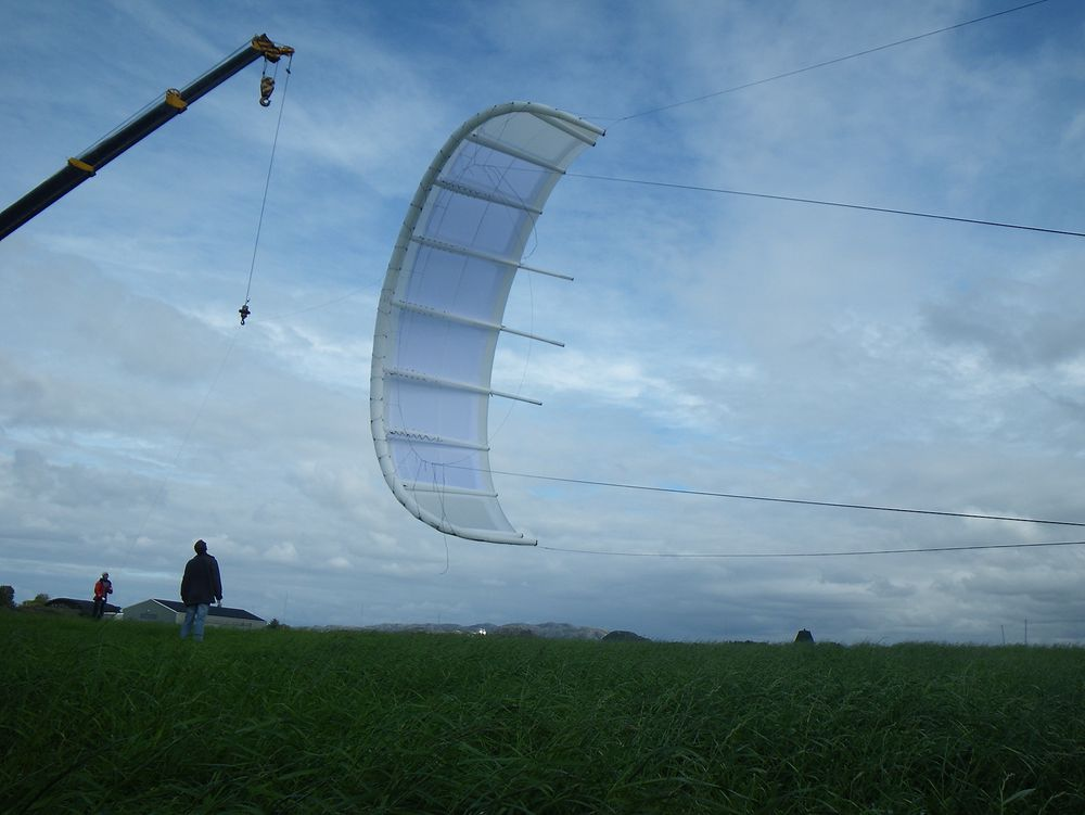 Under en test av konvensjonelle kiter i 2009, målte Kitemill trekkrefter på over 4,5 metriske tonn. På grunn av dette er kitene som blir brukt i prosjektet i dag laget av rigide materialer.
