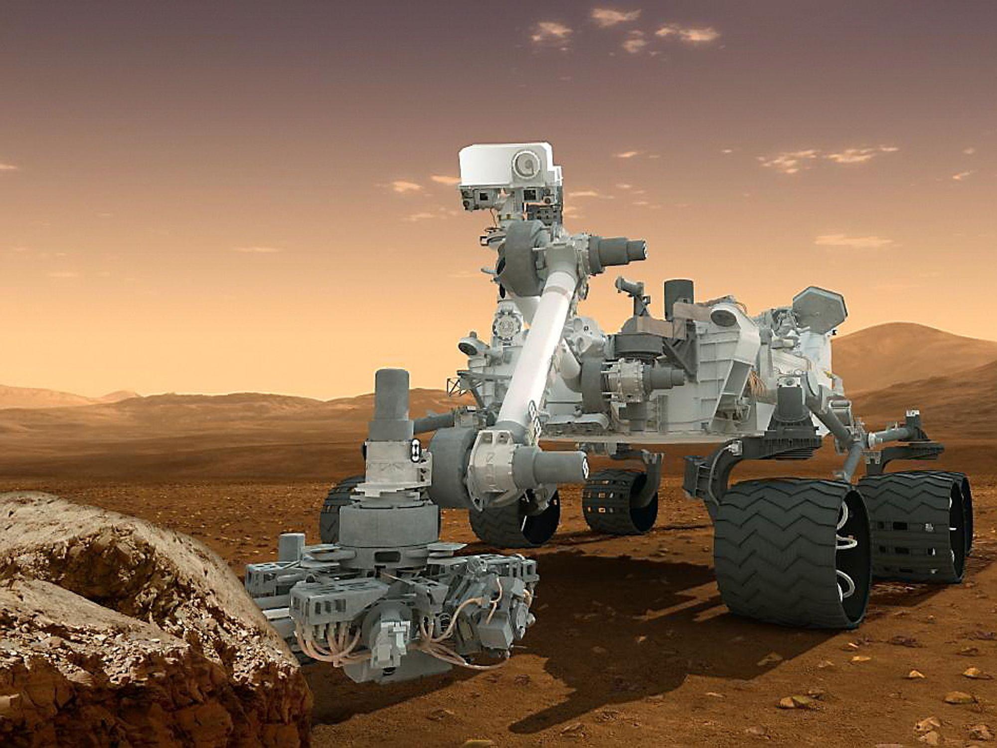 Curiosity har en to meter lang arm med boremaskin for å hente inn materialprøver fra Mars.