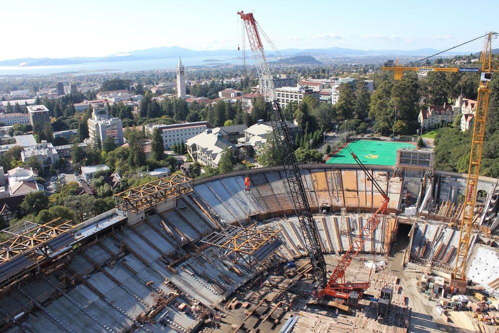 UTSIKT: Presseboksen heises på plass. Fra stadion har publikum panoramautsikt til Berkeleys kjente klokketårn og San Francisco-bukta.  Foto: Forell/Elsesser Engineers