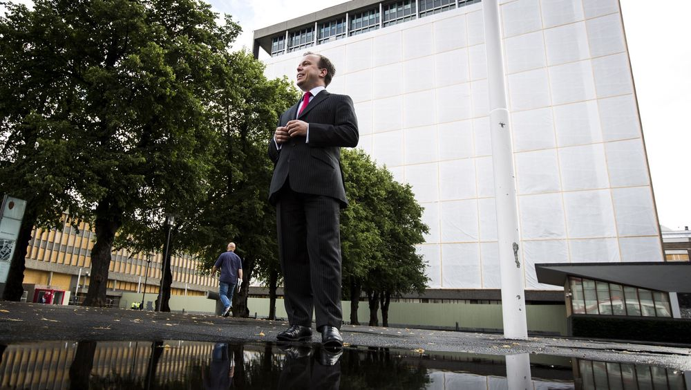 Anders Grønli er statsviter med mastergrad i sikkerhet fra det britiske forsvarsakademiet, og har tidligere arbeidet i Utenriksdepartementet, Høyres stortingsgruppe og for Europakommisjonen. I 2009 mottok han tidligere Scotland Yard-sjef Lord Imberts pris «for utvikling av ideer som styrker risiko- og sikkerhetsledelse i Storbritannia».