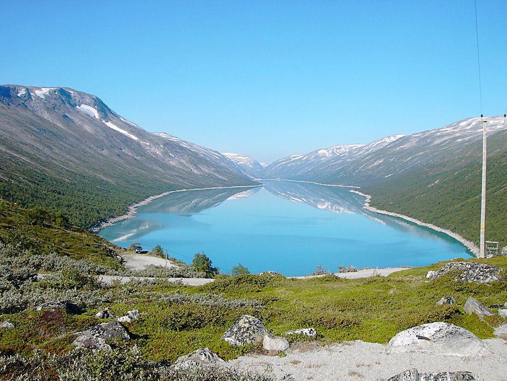 Import:  Den våte sommeren har ført til rekordlav strømpris og god fyllingsgrad i norske vannmagasiner. Likevel måtte vi importere vindkraft.