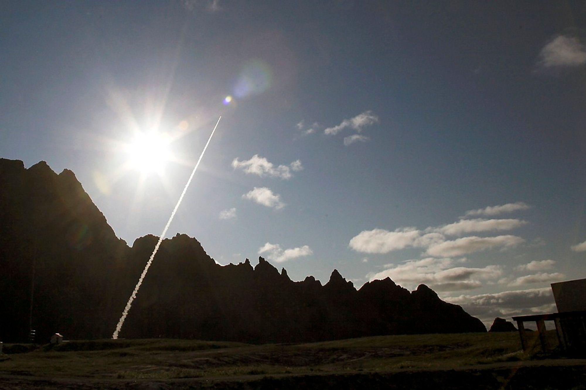 KONGELIG: Under kongebesøket på Andøya ble det skutt opp en jubileumsrakett. Raketting gikk ni kilometer opp og målte vind, trykk og temperatur. Foto: Kolbjørn Dahle / NTB scanpix