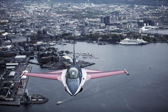 Den jubileumslakkerte F-16-maskinen med Luftforsvarets oppvisningsflyger Eskil Amdal i cockpit har fløyet over havnebassenget i Oslo tidligere.