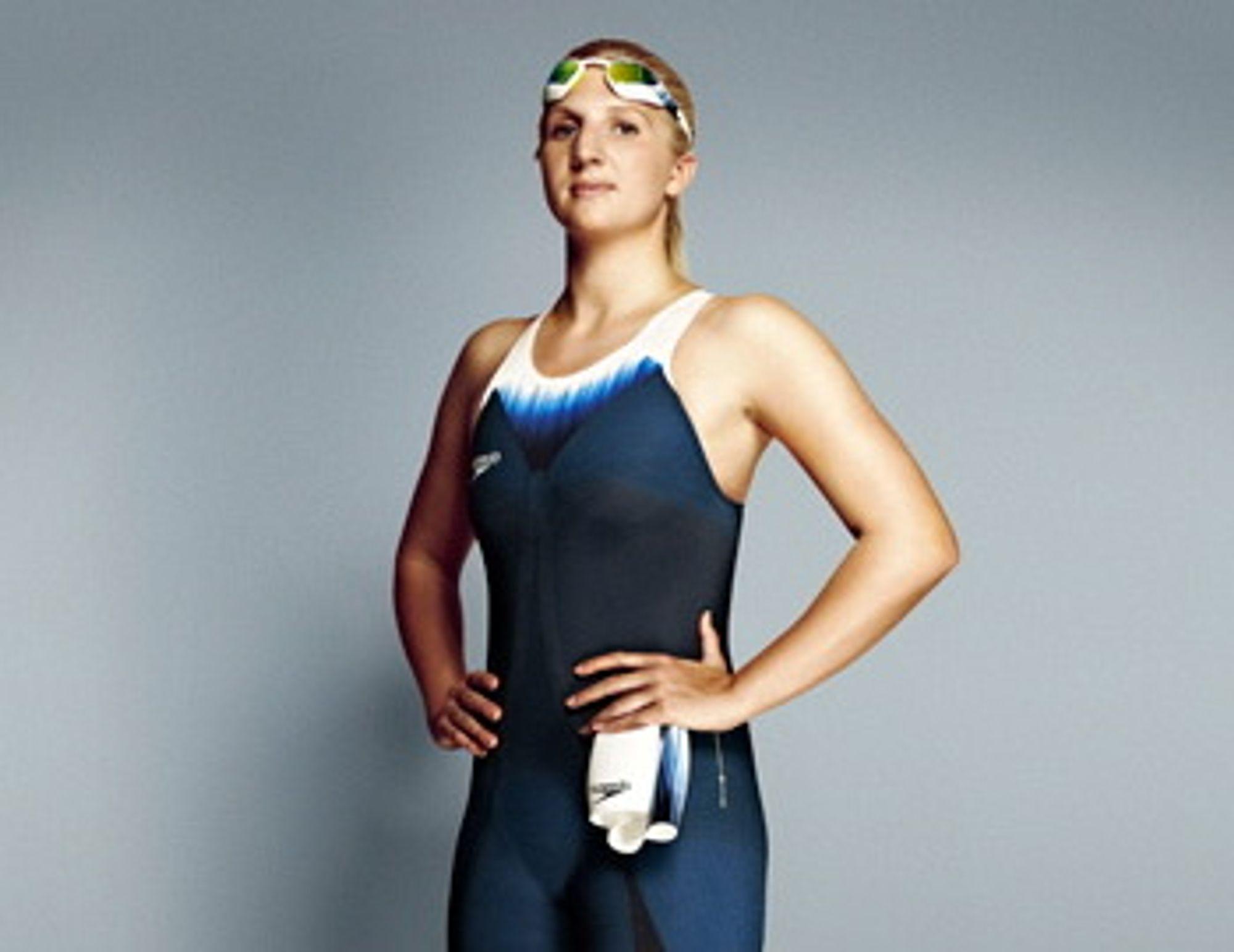 For en uøvd kvinnelig utøver, kan det ta opptil en time å få på seg Speedos nye svømmedrakt. På grunn av de strenge kravene til det internasjonale svømmeforbundet, må drakten taes på via åpningen til armen.