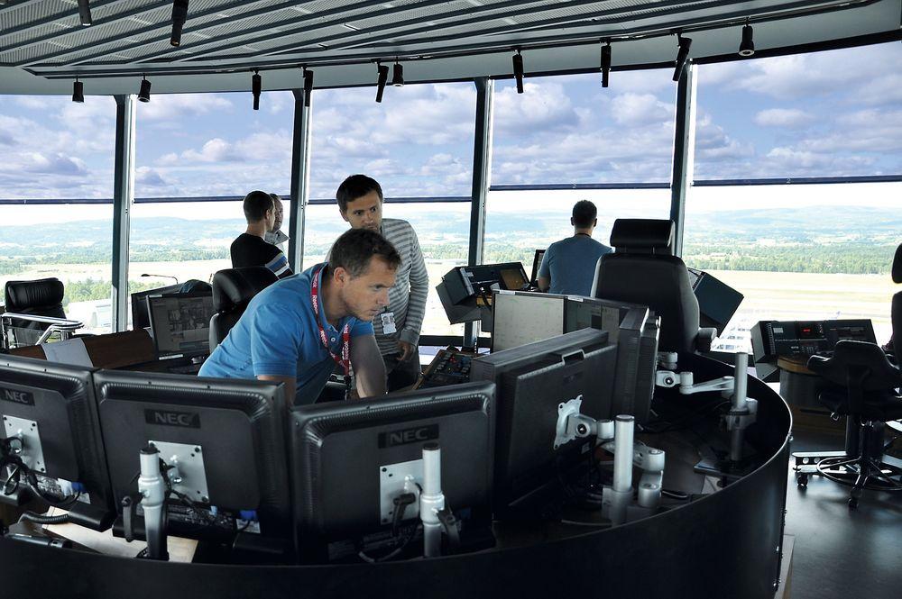 Kontrolltårnet: Supervisor Mathis Jenssen i tårnet på OSL må ta betenkningstid før han kan si noe positivt om Asap.