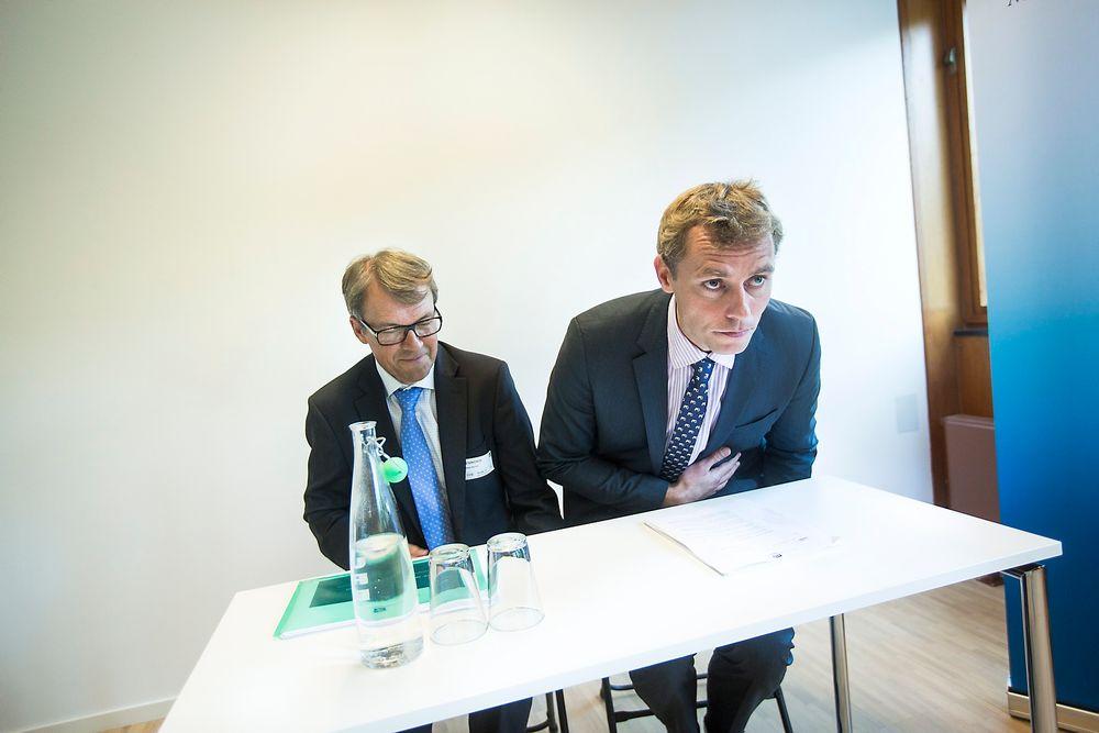 ANALYSERER: Olje- og energiminister Ola Borten Moe (t.h) mottok riggrapport fra utvalgsleder Eivind Reiten torsdag. Nå skal den analyseres og granskes i OED mens den er ute på høring til 1. november.