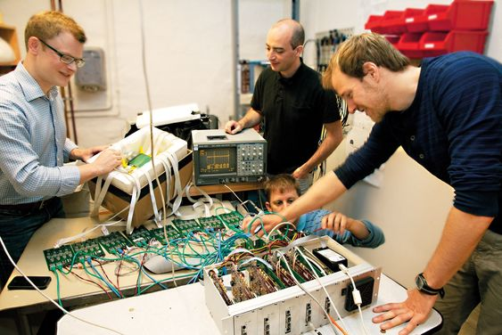 Partikkelfysikerne Erlend Bolle, David Volgyes, Michael Rissi og Kim Eigard Hones har utviklet helt ny teknologi som gjør det mulig å halvere strålingen fra en PET-scanner.