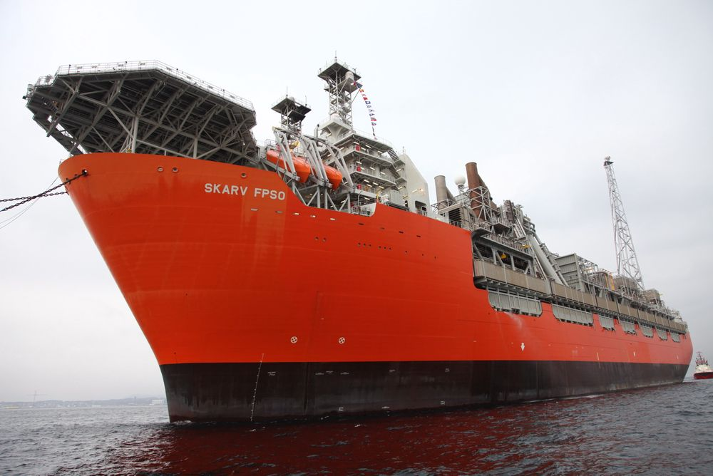 Tekniske problemer på den flytende produksjonsenheten på Skarv-feltet gjør at man verken får produsert olje eller gass. Operatør BP håper å ha fikset feilene i løpet av måneden.