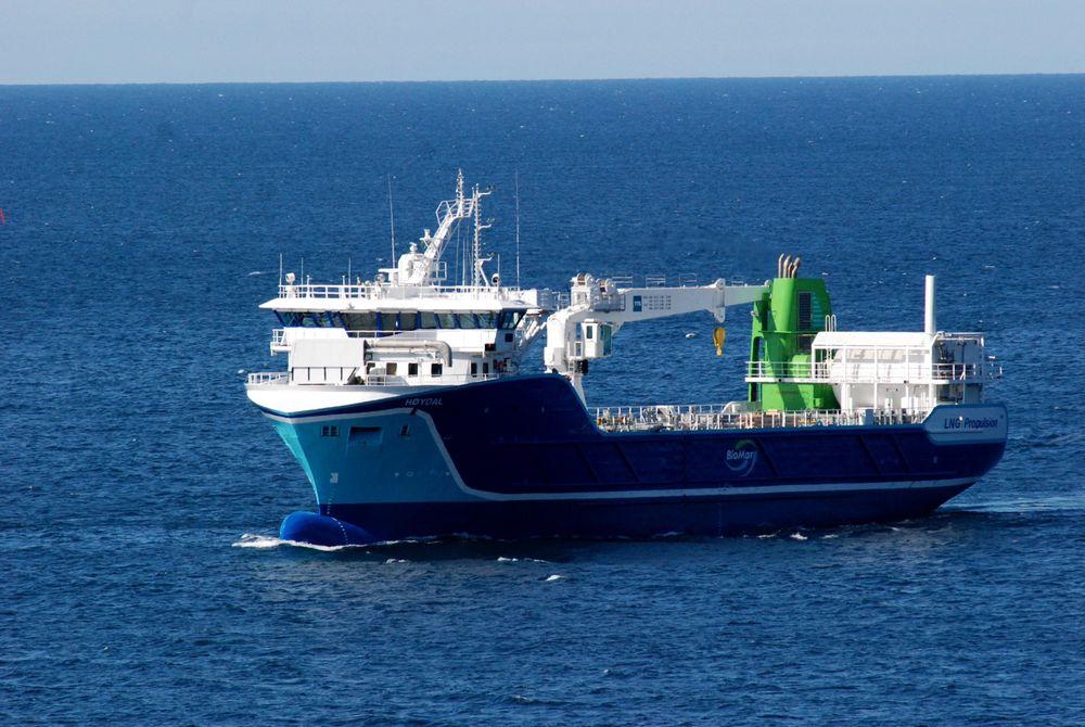 """FISKEMILJØ: NSK Shipping fra Vesterålen ble verdens første rederi med fraktfartøy som går på ren gass, """"lean burn"""" LNG-motorer fra Rolls-Royce. Skipet frakter fiskefôr til oppdrettsanlegg for Biomar."""