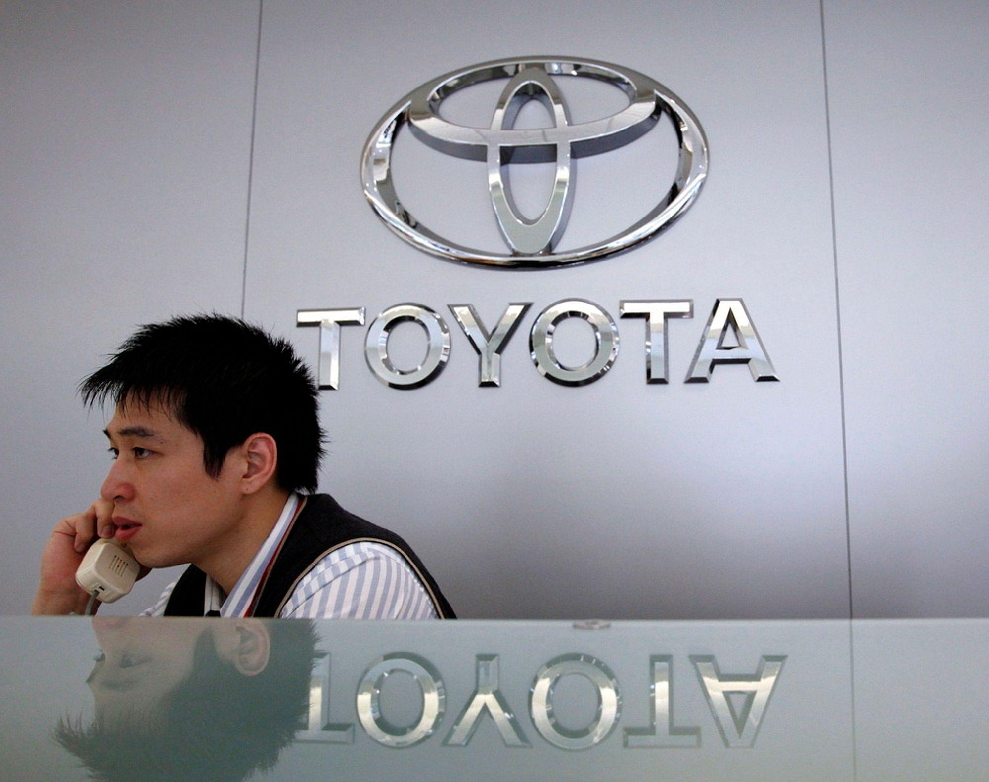 Toyota må tilbakekalle 21.000 biler i Norge på grunn av en mulig feil i bakhjulsopphenget.