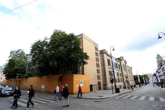 Bak disse treplatene foran Stortingets fasade mot Akersgata blir vinduene sikret mot bomber og skudd. På andre siden av veggen har flere av Norges fremste politikere sine kontorer.