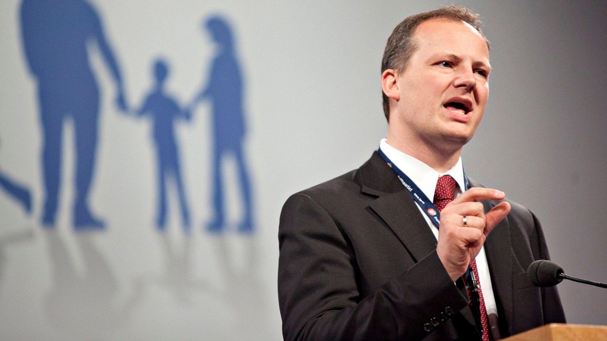 KRITISK: Det var Jens Stoltenbergs egen regjering som som la grunnlaget for kabelvekkelsen NHO beskyldes for å være rammet av, minner Ketil Solvik-Olsen (Frp) om. Her ses han på talerstolen på Fremskrittspartiets landsmøte 2012.