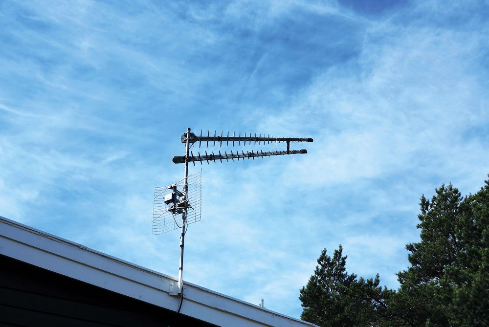 Ved å montere to retningsvirkende antenner fra Pointing, kunne vi ta imot Netcoms nylig aktiverte LTE-nett i stedet for dårlig hastighet på 2G. For en forskjell!. Den nederste antennen er en tv-antenne. Foto: Odd Richard Valmot