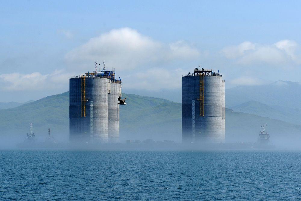 Vellykket: I sommer ble betongunderstellet til Sakhalin I tauet ut og satt på plass utenfor øya med samme navn. Exxon-Neftegas har nå gitt en studie til Kværner for en borerigg til arktiske strøk.