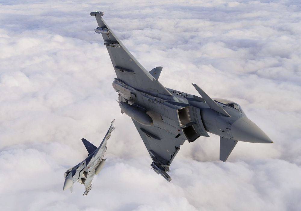Her er to tyske Eurofighter Typhoon over Litauen.