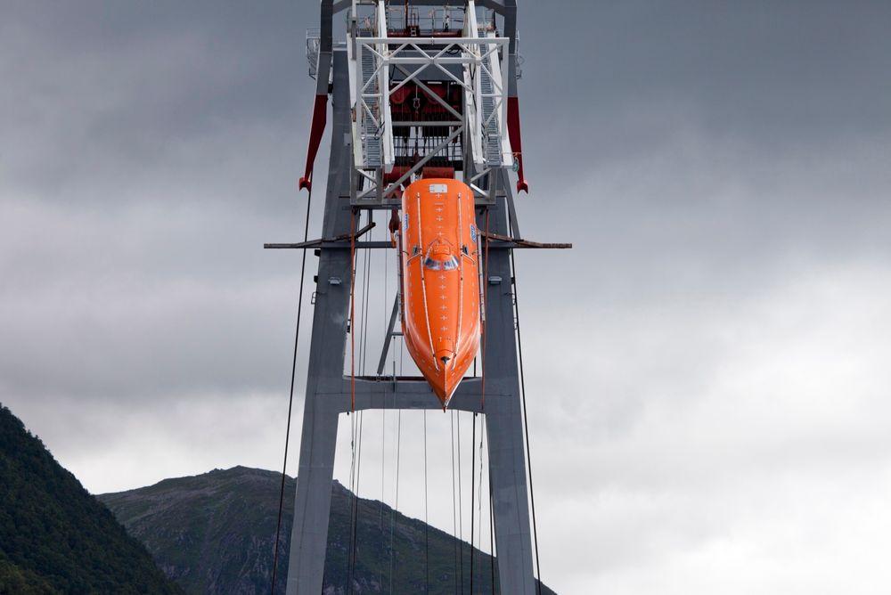 I FARTA: Livbåten på vei ned mot havoverflaten 60 meter lenger ned.